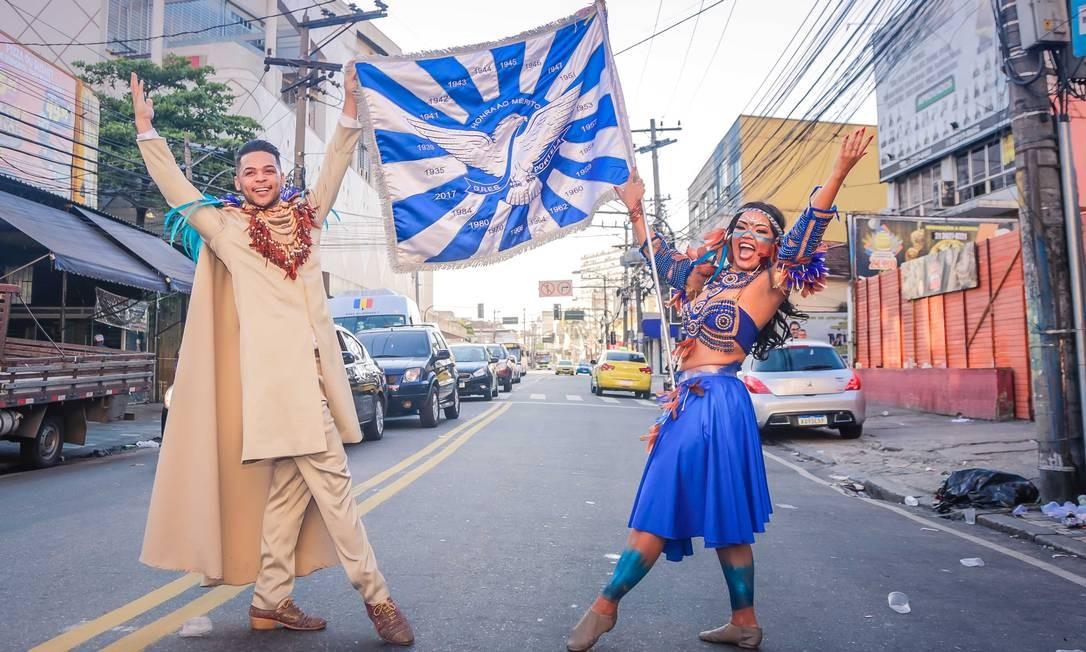 Compositores campeões posam no palco da Portela Festa na Rua Clara Nunes após o resultado Foto: Divulgação/Leo Cordeiro