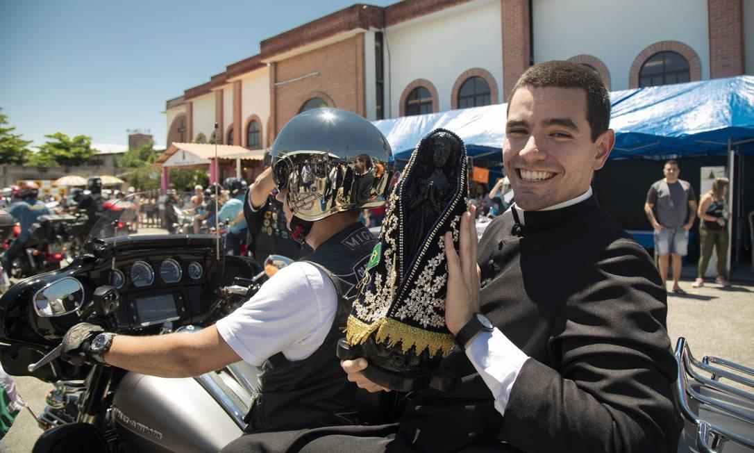 Padre Roberto abençoa a equipe com a santa na mão e seminarista Caio segue em motociata Foto: Ana Branco / Agência O Globo