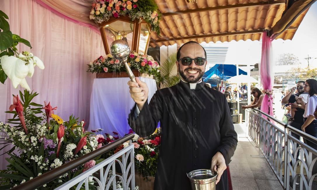 Padre comanda os festejos na matriz de Nossa Senhora de Aparecida, na Ilha do Governador Foto: Ana Branco / Agência O Globo