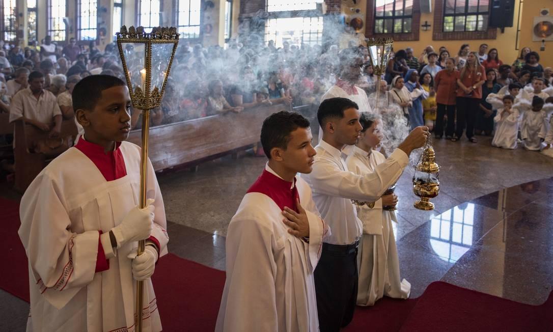 Coroinhas durante celebração em homenagem à Nossa Senhora Aparecida Foto: Ana Branco / Agência O Globo