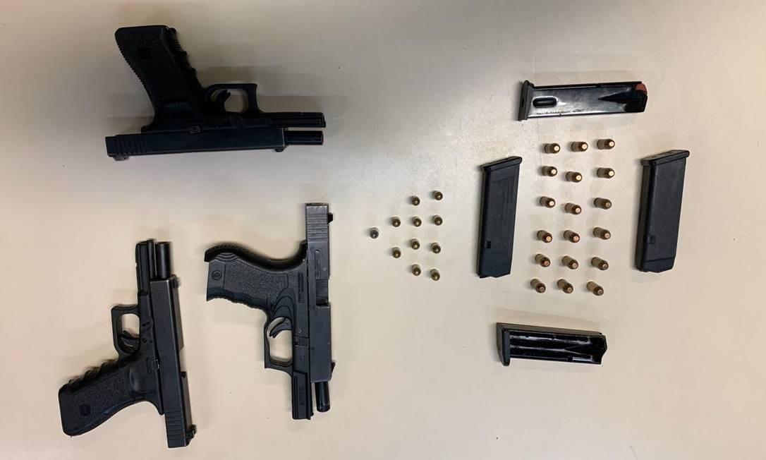 Armas, munição e carregadores apreendidos pela polícia Foto: Reprodução