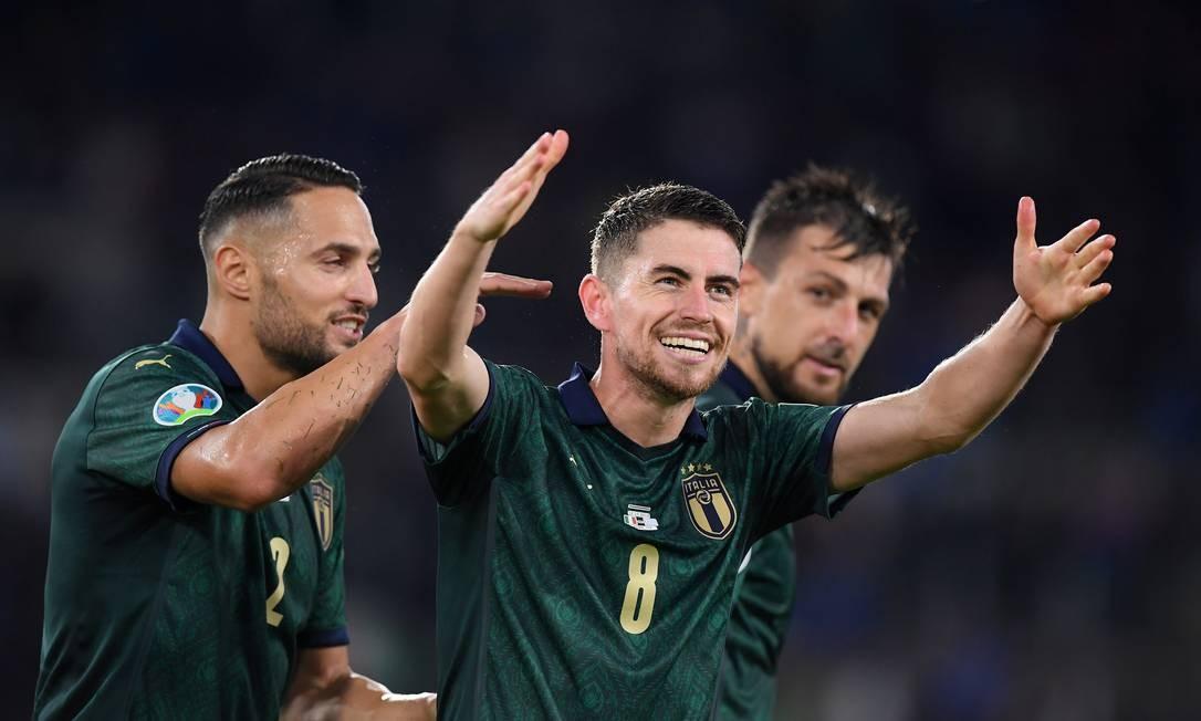 Jorginho, ao centro, comemora o primeiro gol da Itália contra a Grécia Foto: ALBERTO LINGRIA / REUTERS