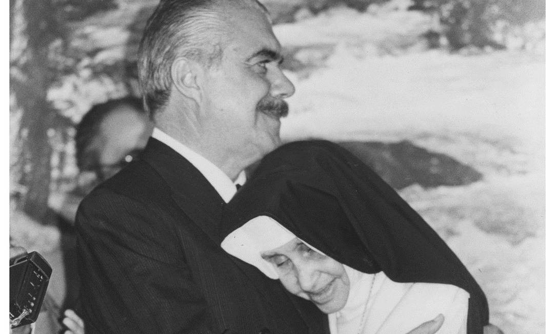 Irmã Dulce com José Sarney: ex-presidente foi de amigo a devoto da agora santa Foto: / Arquivo