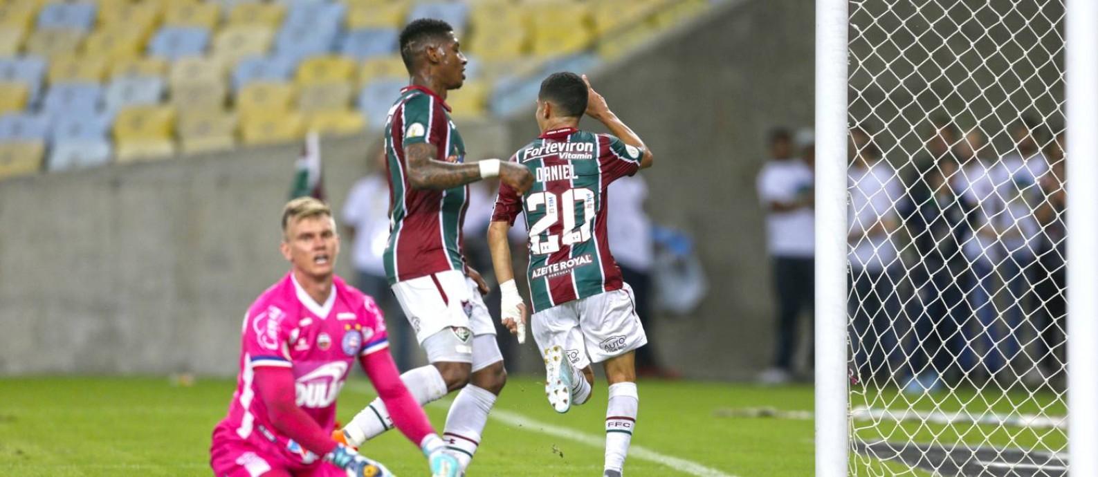Diante de um desolado goleiro Douglas, Daniel corre para comemoar o segundo gol do Fluminense Foto: Antonio Scorza / Agência O Globo