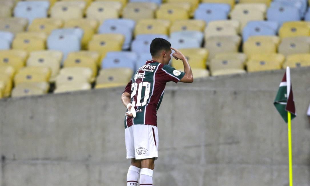 Daniel aponta para a cabeça ao marcar o segundo gol do Fluminense Foto: Antonio Scorza / Antonio Scorza
