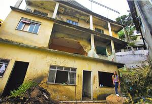 Patricia Rocha Mendes, moradora da Jaqueira no Vidigal teve sua casa interditada, observa os escombros da casa vizinha a sua que desabou. Foto: Antonio Scorza / Agência O Globo
