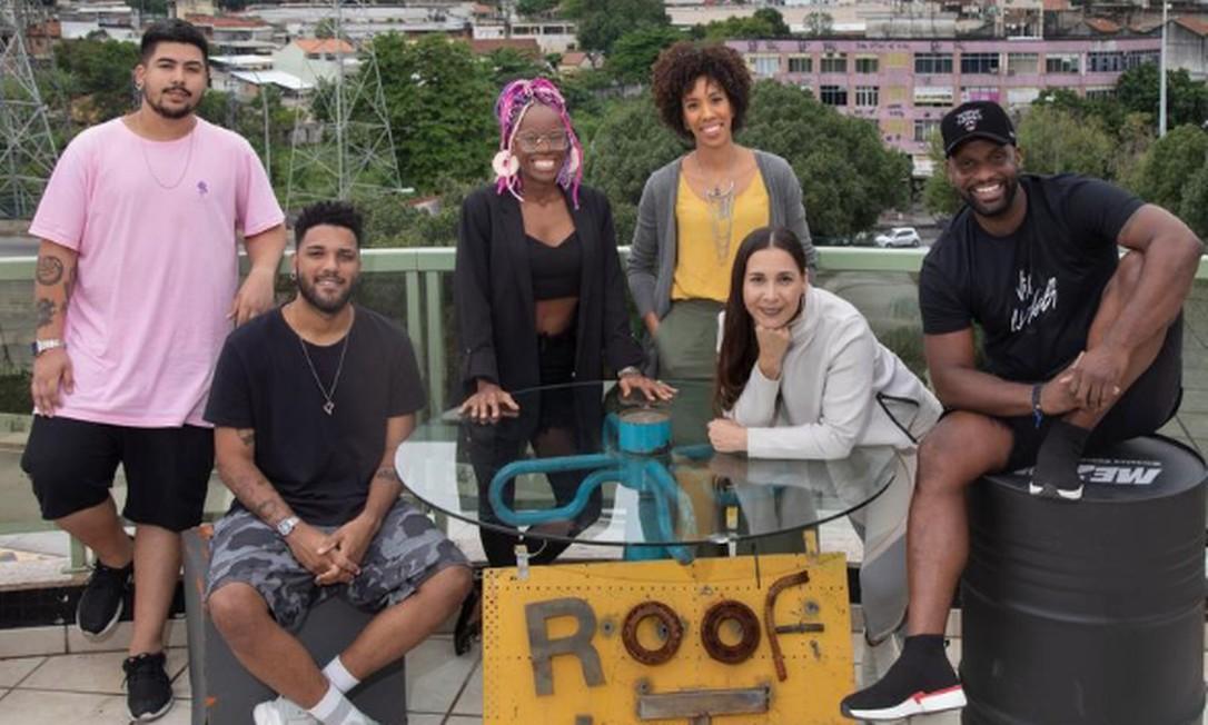 Dughettu (último à direita) com talentos da região no rooftop da Duto, selo musical e produtora que ele chama de hub da nova geração Foto: Ana Branco / Agência O Globo