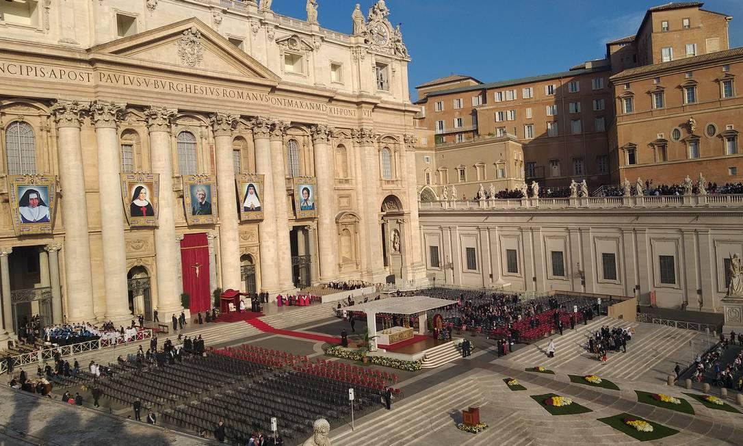 Praça de São Pedro, no Vaticano, reúne milhares de fiéis para a canonização de Irmã Dulce Foto: Renato Grandelle / Agência O Globo