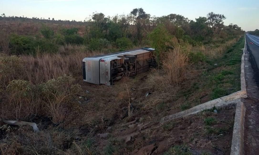 Ônibus tombou após colidir contra duas motos na BR-365, próximo a Canto do Engenho Foto: Assessoria de Comunicação 7º BBM / Divulgação