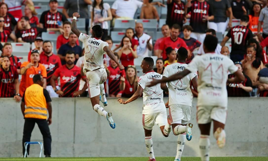 Bruno Henrique comemora o primeiro de seus dois gols sobre o Athletico-PR Foto: Dia Esportivo / Heuler Andrey/DiaEsportivo