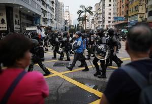 Policiais patrulham as ruas de Hong Kong durante protesto: tema sensível para a China. Foto: AMMAR AWAD / REUTERS