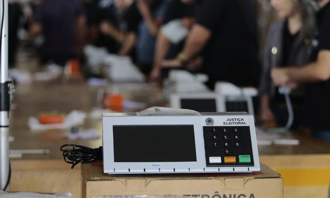 Cerimônia de carga e lacração das urnas eletrônicas no primeiro turno das eleições de 2018, no Distrito Federal Foto: Jorge William / Agência O Globo