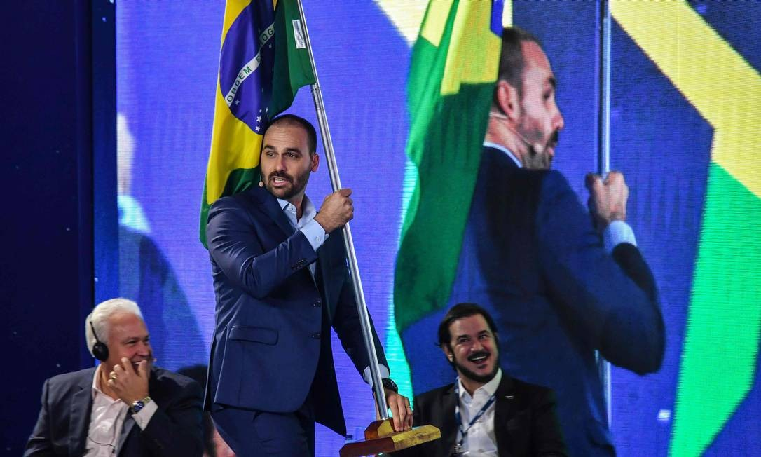 Eduardo Bolsonaro carrega uma bandeira do Brasil durante participação no CPAC, congresso conservador realizado em São Paulo Foto: NELSON ALMEIDA / AFP