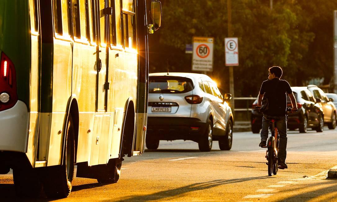 Na mesma pista na qual circulam carros e ônibus, homem pedala na Avenida Heitor Beltrão, na Tijuca: no último dia 3, a ciclista Valda Nogueira, de 34 anos, foi atropelada na via. Bairro tem pequena malha cicloviária Foto: ROBERTO MOREYRA / Agência O Globo