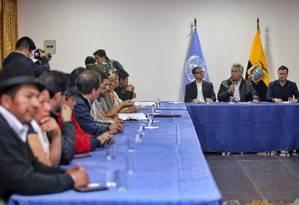 Líderes indígenas assistem ao presidente do Equador, Lenín Moreno, discursar ao lado do arcebispo Luis Cabrera e de Arnaud Perald, representante da ONU Foto: CRISTINA VEGA / AFP