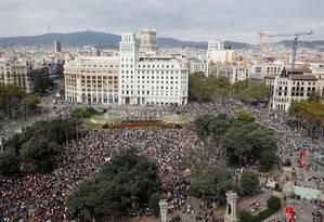 Manifestantes protestam na Plaza de Cataluya, em Barcelona, contra sentenças de até 13 anos para líderes separatistas Foto: ALBERT GEA / REUTERS