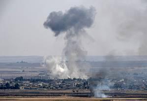 Fumaça na cidade síria de Ras al-Ain, atacada por forças turcas Foto: OZAN KOSE / AFP