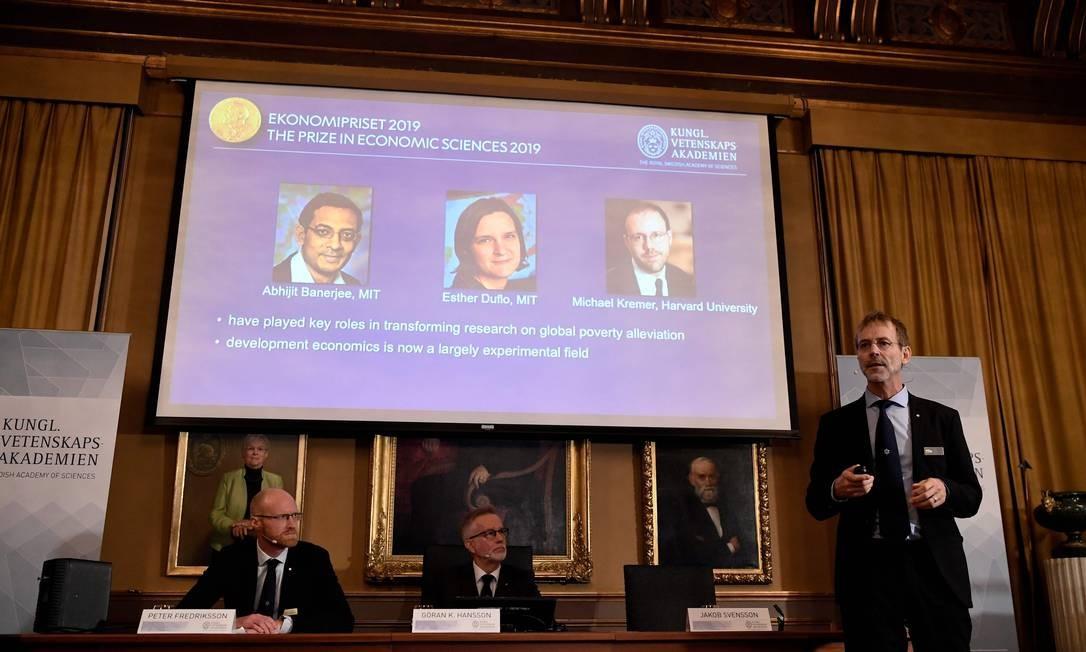 Peter Fredriksson, presidente do Comitê Nobel de Ciências Econômicas, anuncia os ganhadores do Nobel de Economia 2019 Foto: JONATHAN NACKSTRAND / AFP
