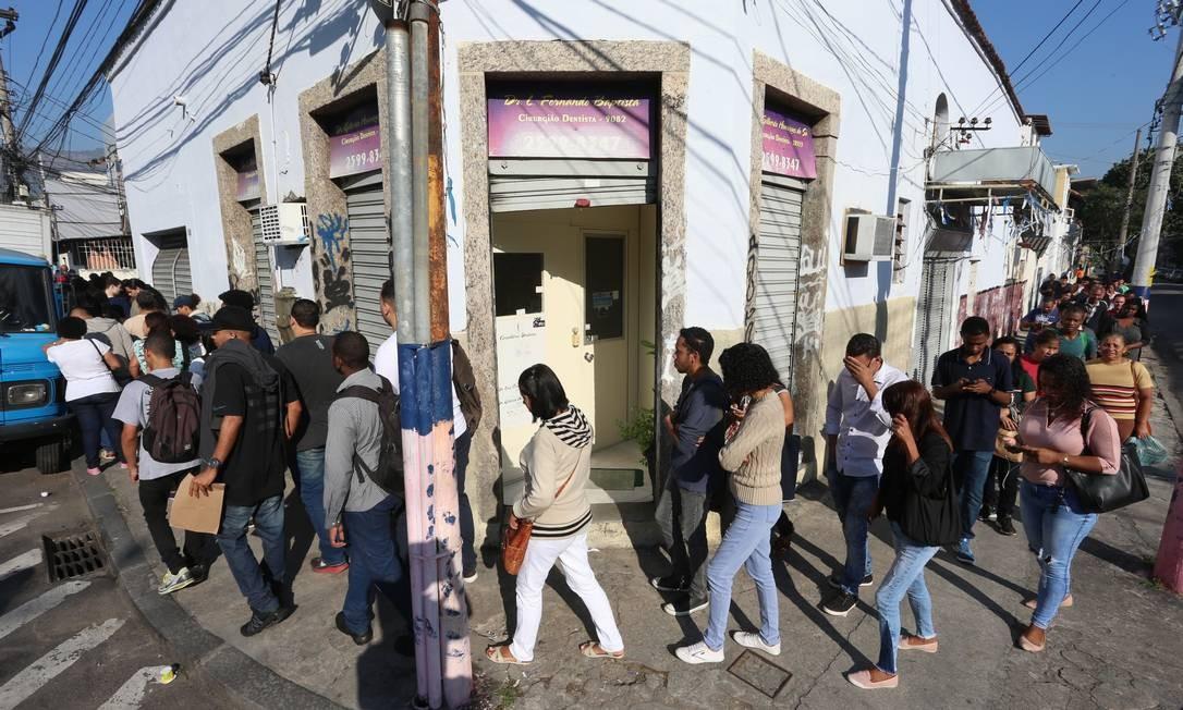 Fila de emprego na quadra da escola de samba Arranco, no Engenho de Dentro Foto: Fabiano Rocha / Agência O Globo