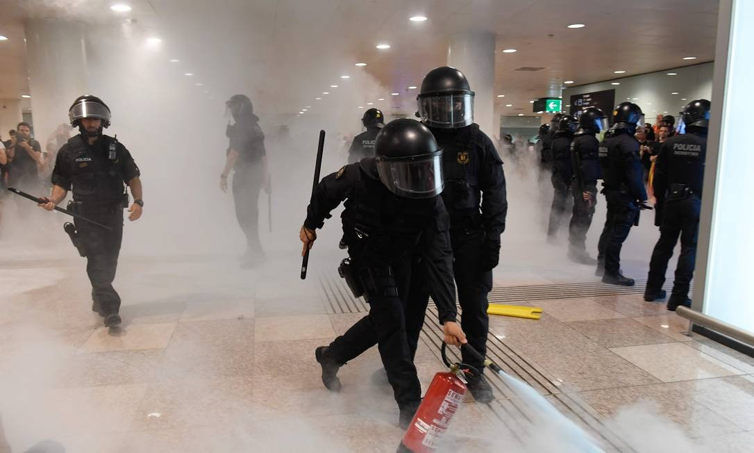 Fumaça no saguão do Aeroporto El Prat, em Barcelona, durante protesto contra a condenação dos líderes da tentativa de independência da Catalunha, ocorrida em 2017 Foto: JOSEP LAGO / AFP