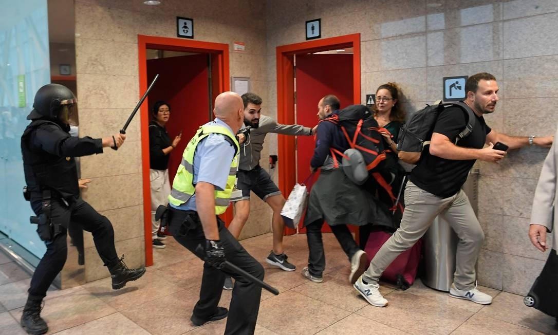 Manifestantes entram em confronto com policiais espanhóis no aeroporto El Prat Foto: LLUIS GENE / AFP