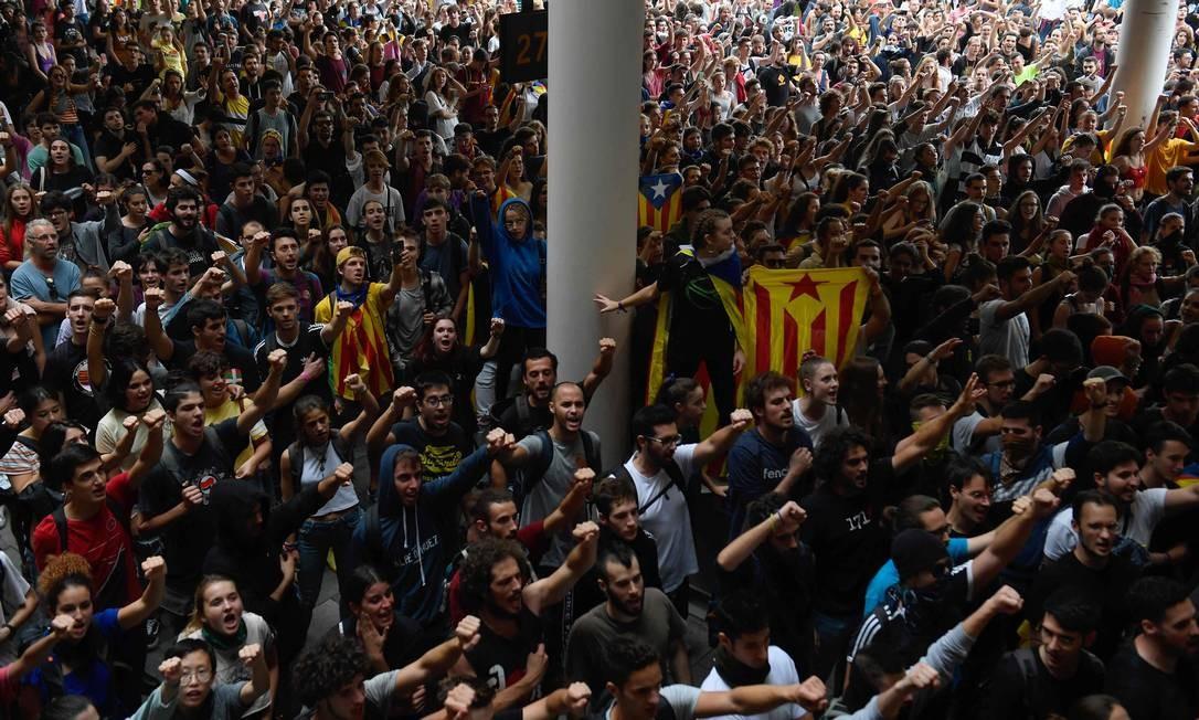 Manifestantes ocupam o saguão do Aeroporto El Prat, Barcelona Foto: JOSEP LAGO / AFP