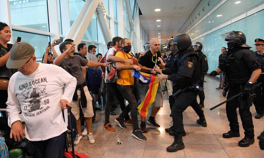Manifestantes são presos por policiais no aeroporto Foto: LLUIS GENE / AFP