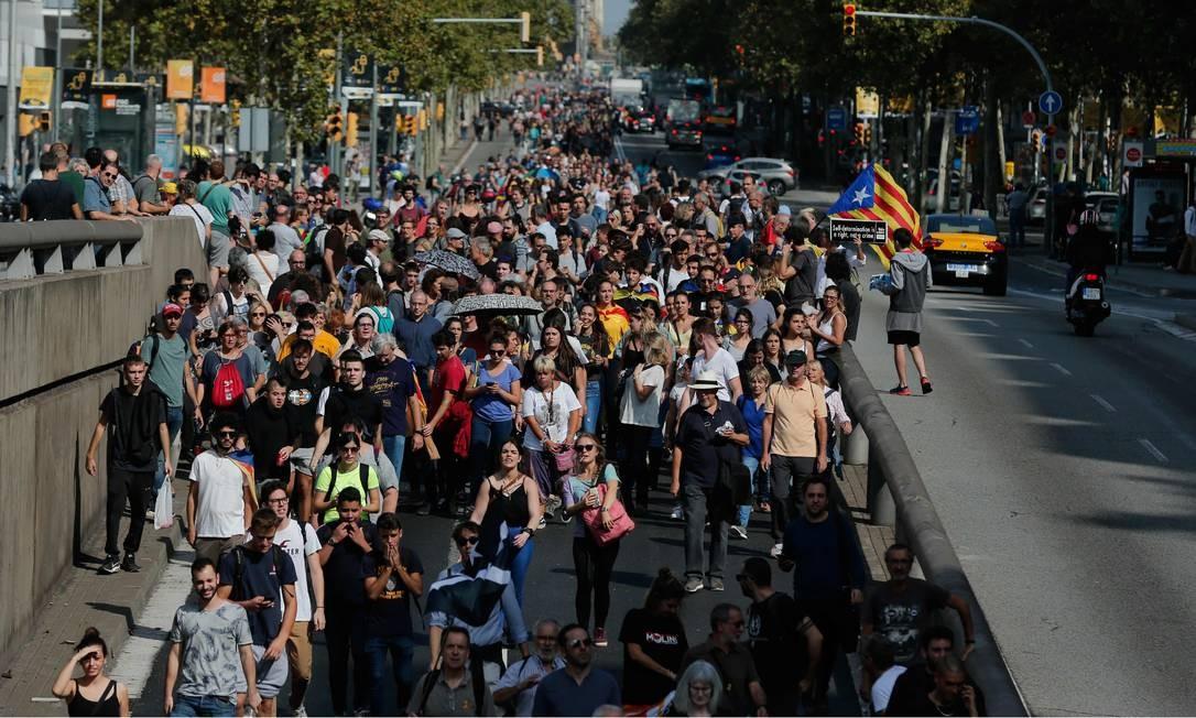 As ruas das principais cidades catalãs, como Barcelona, Girona, Lleida e Tarragona, tambpem foram ocupadas por manifestantes após a sentença que condenou os líderes da tentativa de independência da Catalunha Foto: PAU BARRENA / AFP