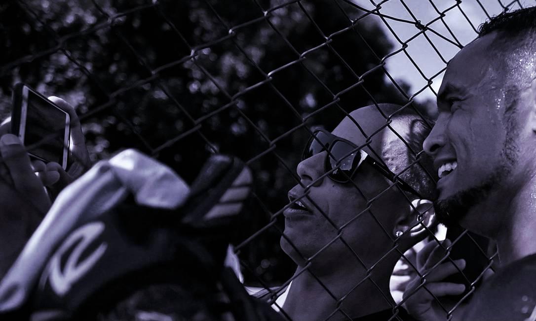 Bruno se apresentou no Poços de Caldas FC no dia 5 deste mês, recomeçando a carreira de goleiro após ser preso pelo assassinato de Eliza Samudio. No retorno aos campos, ele foi tietado por fãs e tirou muitas selfies Foto: Douglas Magno/AFP