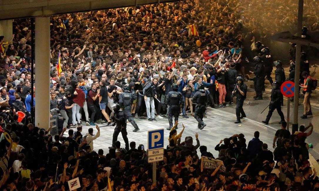 Manifestantes entram em conflito com policiais espanhóis do lado de fora do Aeroporto de El Prat Foto: PAU BARRENA / AFP