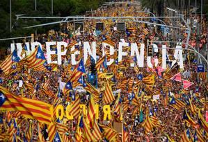Milhares de pessoas participam de manifestação pela independência da Catalunha em 11 de setembro de 2018: nove dos 12 líderes separatistas presos e julgados foram condenados a até 13 anos de prisão nesta segunda Foto: LLUIS GENE/AFP/11-09-2018