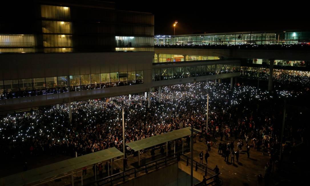 Manifestantes se reúnem do lado de fora do aeroporto de Barcelona Foto: PAU BARRENA / AFP