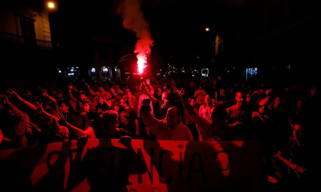 Manifestantes participam de um protesto após decisão do Tribunal Supremo espanhol Foto: RAFAEL MARCHANTE / REUTERS