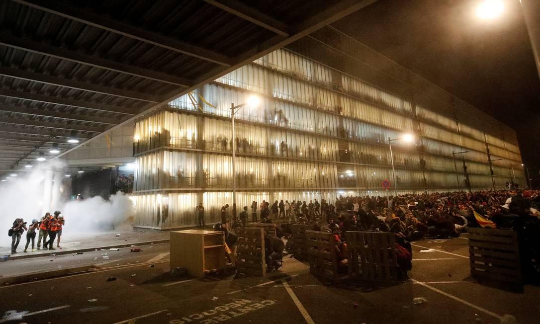 Manifestantes montam barricadas durante enfrentamento com policiais espanhóis Foto: ALBERT GEA / REUTERS