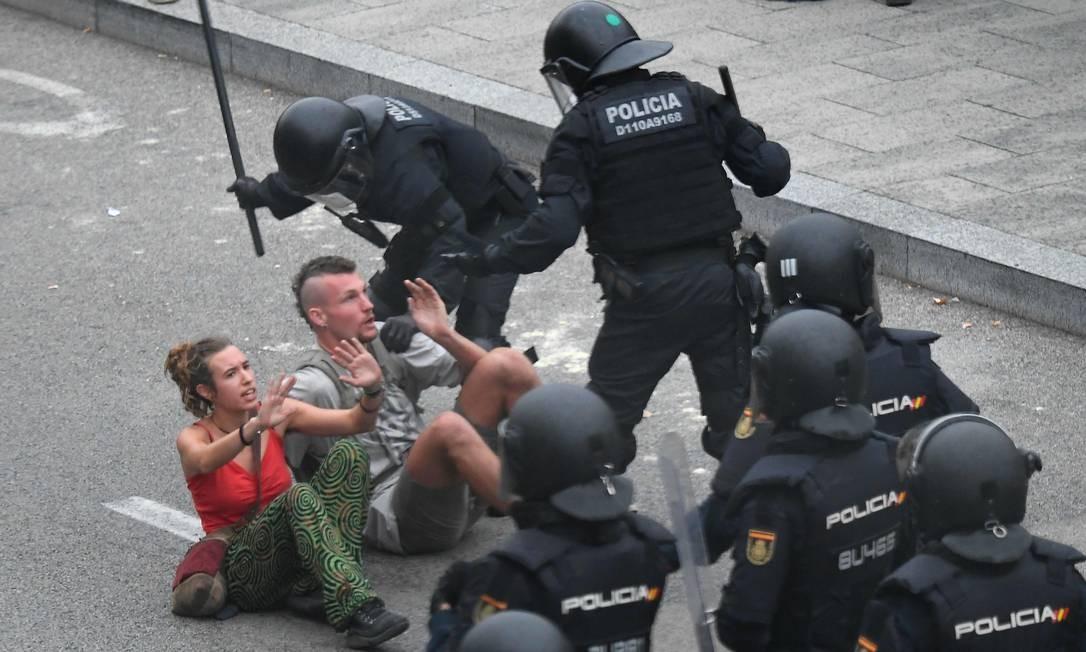 Confronto entre policiais e manifestantes do lado de fora do aeroporto de Barcelona Foto: LLUIS GENE / AFP