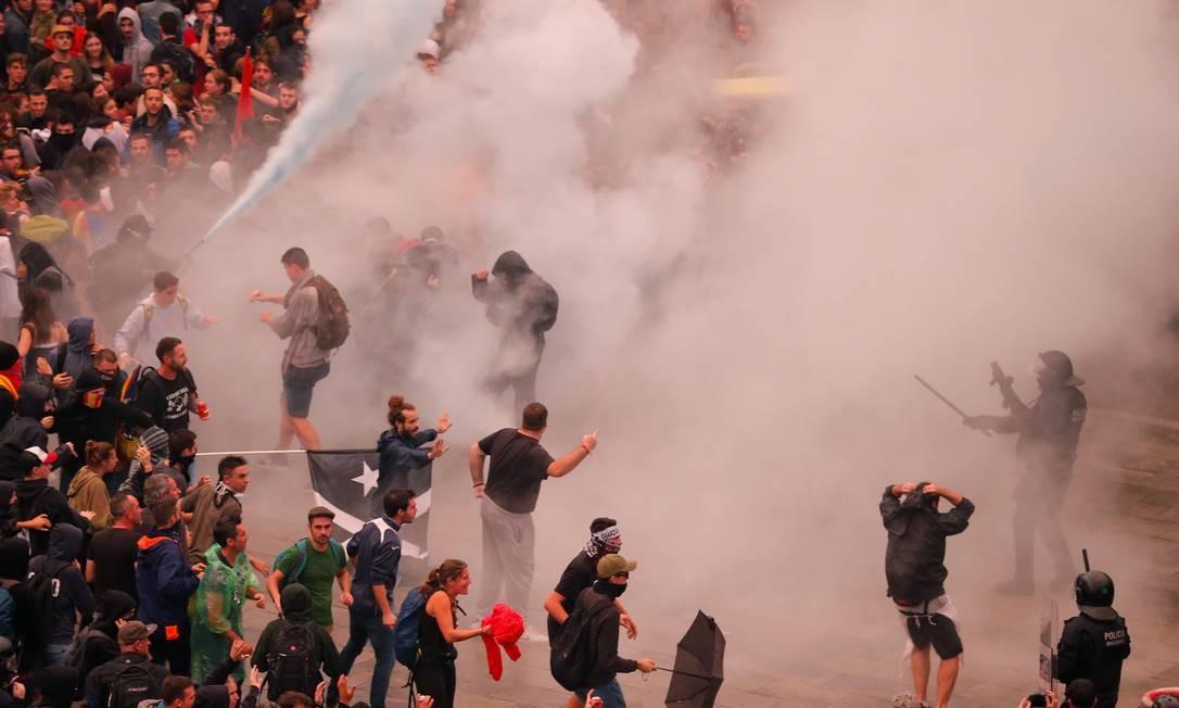 Manifestantes entram em confronto com policiais espanhóis do lado de fora do aeroporto de El Prat Foto: PAU BARRENA / AFP