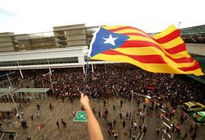 Manifestantes agita a Estelada, a bandeira separatista catala, em Barcelona Foto: JON NAZCA / REUTERS