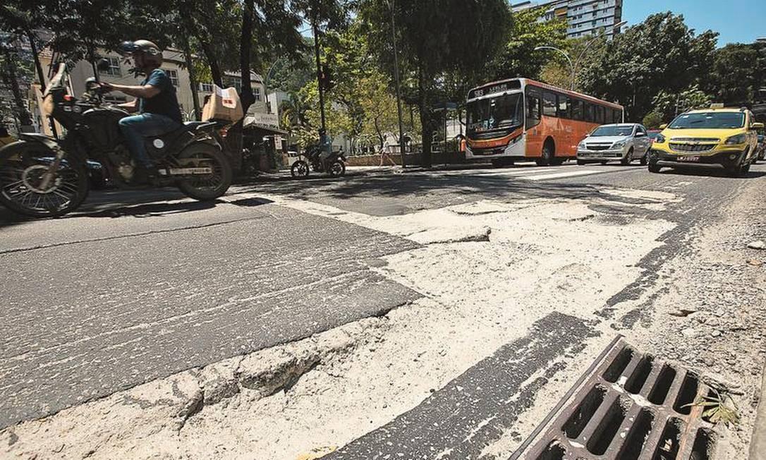 Risco. Na Rua São Clemente, em Botafogo,(acima), crateras são ameaça a motoristas e pedestres Foto: Brenno Carvalho / Agência O GLOBO