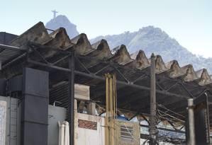 Puxadinhos, fiações aparentemente irregulares e telhado com sinais de deterioração: Cobal do Humaitá apresenta vários problemas estruturais Foto: Márcia Foletto / Agência O Globo