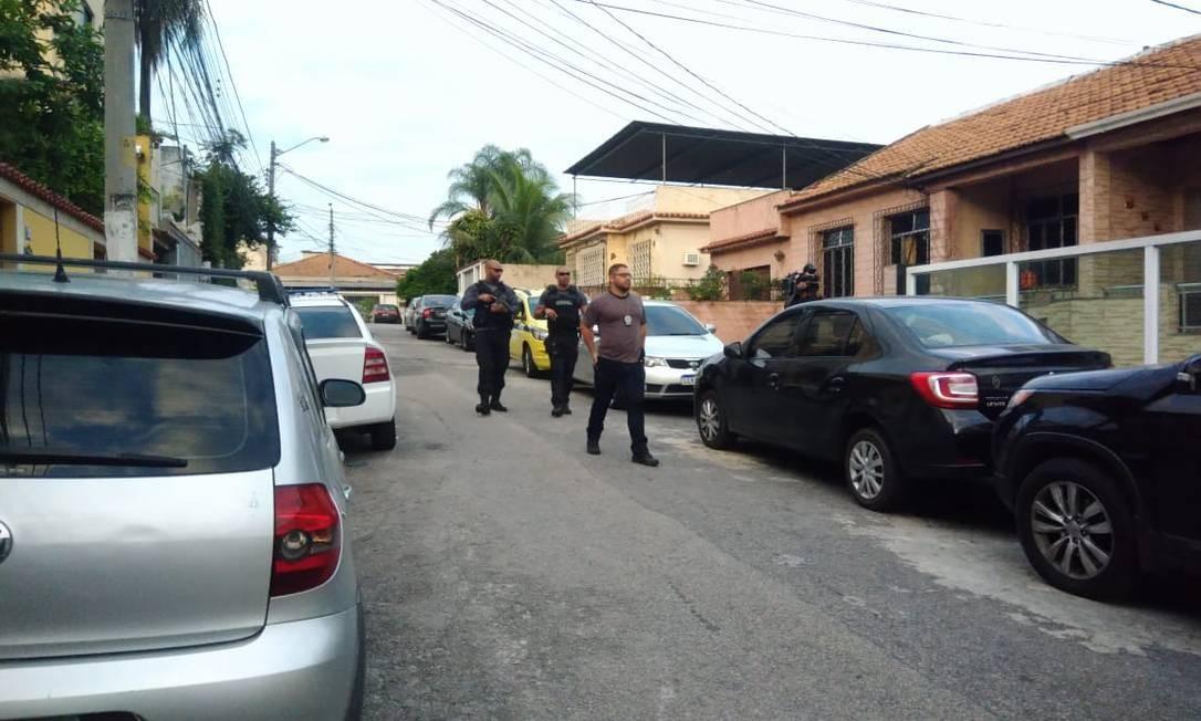 Os policiais nas ruas Foto: Letícia Gasparini / Agência O Globo