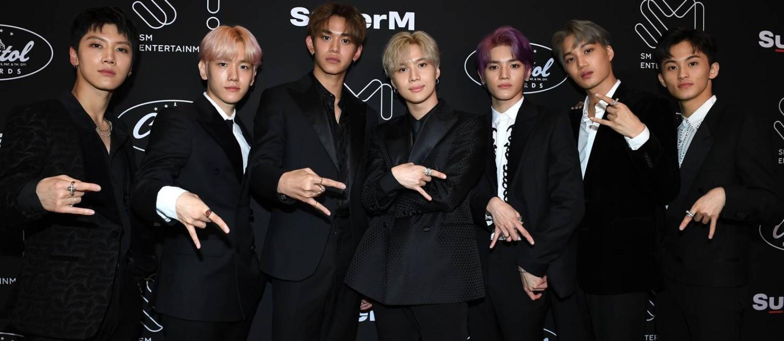 Ten, Baekhyun, Lucas, Taemin, Taeyeong, Kai e Mark, do grupo de k-pop SuperM, num evento na Capitol Records, em Hollywood, em outubro de 2019 Foto: VALERIE MACON / AFP