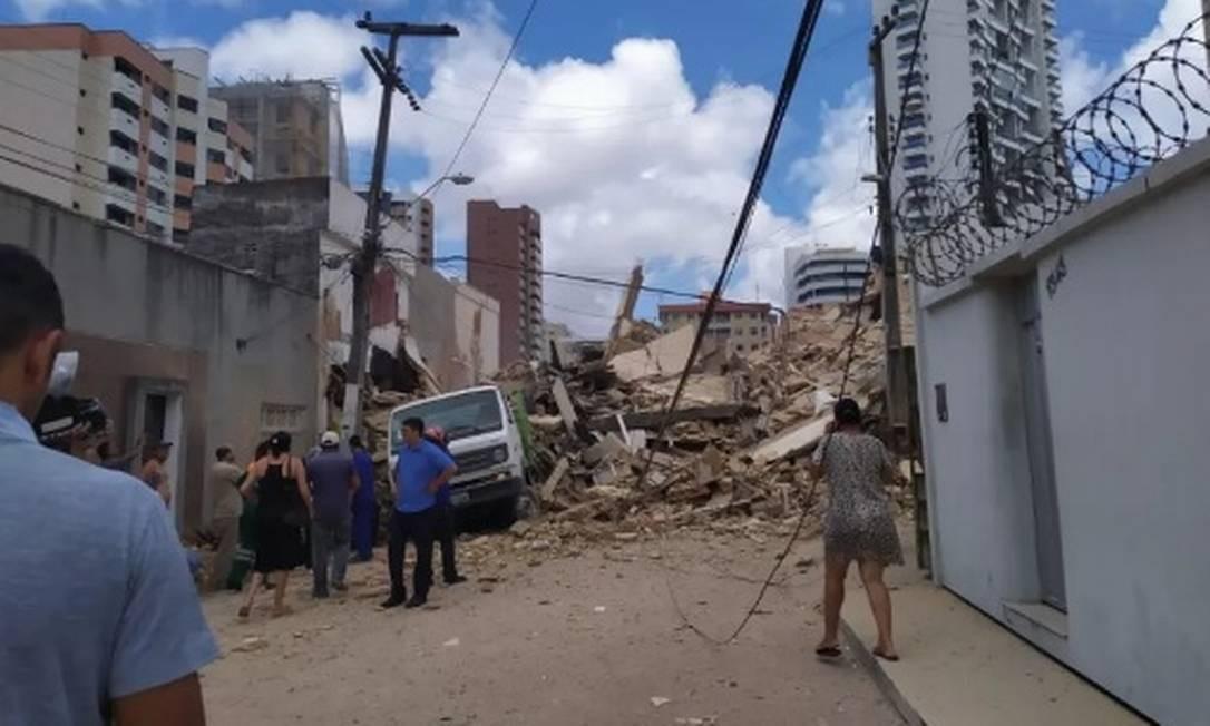 Escombros do prédio desabado invadem a rua Foto: Reprodução / G1