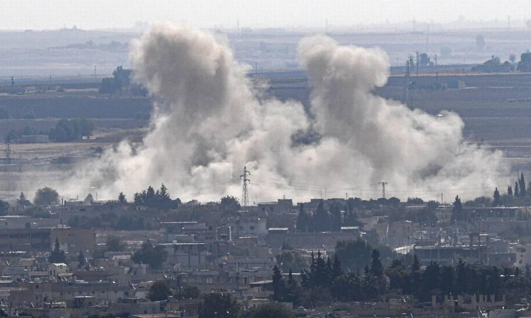 Fumaça na cidade de Ras al-Ain, na fronteira entre a Turquia e a Síria, palco da disputa Foto: OZAN KOSE / AFP