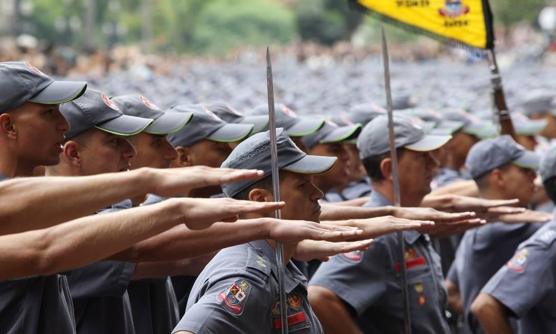 Policiais militares e bombeiros foram incluídas no projeto que trata da reforma da Previdência das Forças Armadas Foto: Michel Filho / Agência O Globo