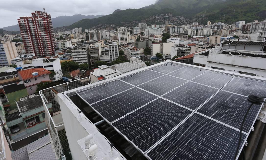 Painéis solares instalados em prédio no Rio Foto: Pedro Teixeira / Agência O Globo