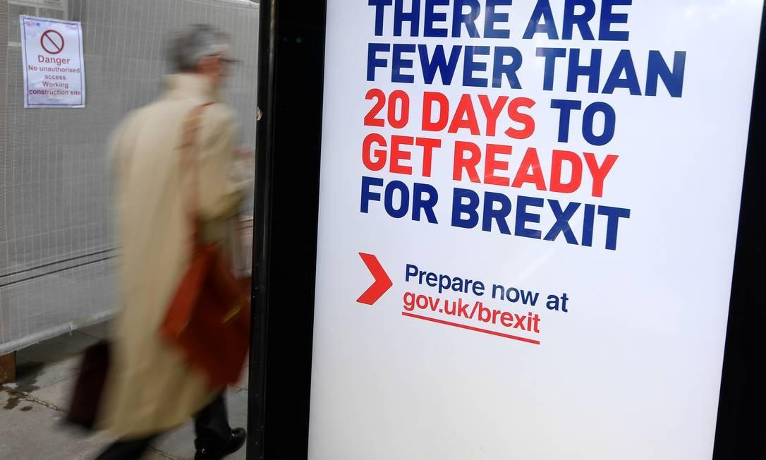Cartaz alertando para a proximidade do Brexit, hoje previsto para o dia 31 de outubro, em uma parada de ônibus em Londres. Negociadores do Reino Unido e União Europeia tentam chegar a um acordo preliminar ainda esta semana Foto: TOBY MELVILLE / REUTERS