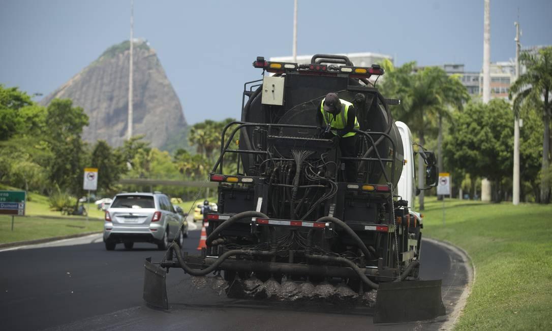 Máquinas e operários fazem o serviço no Aterro Foto: Márcia Foletto / Agência O Globo