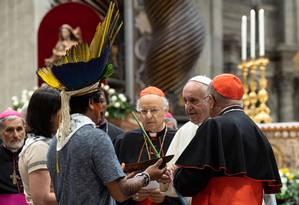 Papa Francisco recebe indígenas durante o Sínodo para a Amazônia Foto: VATICAN MEDIA / Reuters