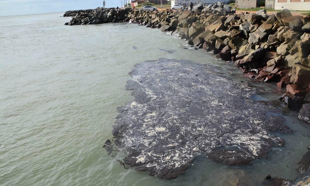 Óleo volta a atingir a costa de Sergipe; mancha chega a Praia dos Artistas, em Aracaju Foto: Márcio Garcez / Agência O Globo
