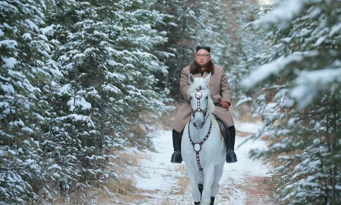 Ditador norte-coreano Kim Jong-un faz sessão de fotos em cima de cavalo branco Foto: STR / AFP